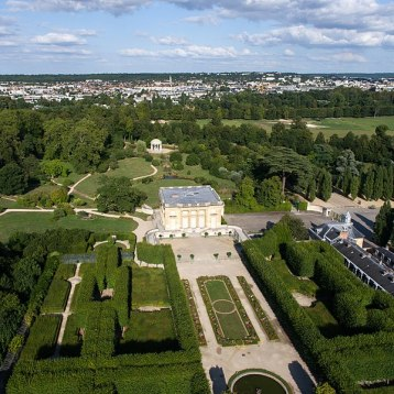 Airial view of Petit Trianon-aérienne_du_domaine_de_Versailles_par_ToucanWings_-_Creative_Commons_By_Sa_3.0_-_052